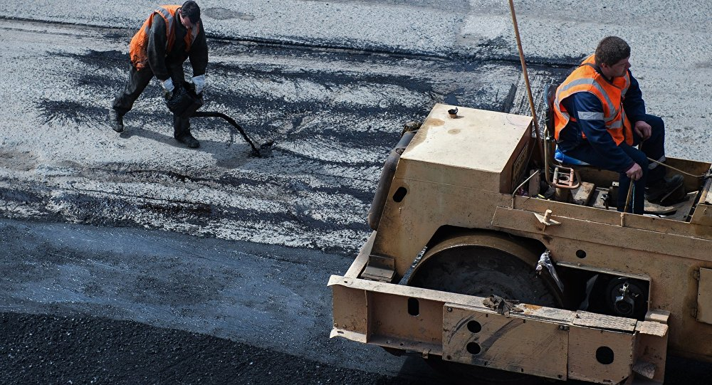 Рабочие во время ремонта дорожного покрытия. Архивное фото