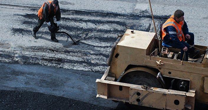 Рабочие во время ремонта дороги. Архивное фото