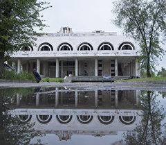Заброшенное здание ресторана Нарын в центре Бишкека, напротив площади Победы. Архивное фото