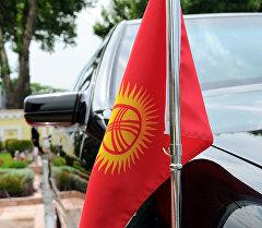Государственный флаг на автомобиле. Архивное фото
