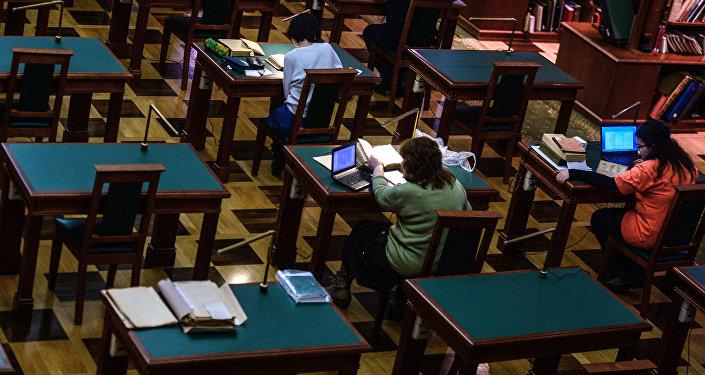 Посетители в читальном зале библиотеки. Архивное фото