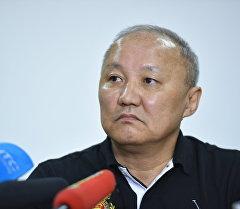 Экс-мэр Бишкека Нариман Тюлеев во время пресс-конференции.