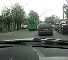 Бишкек шаарындагы Горький көчөсүндө жолдун каршы тилкесине чыгып алган троллейбус