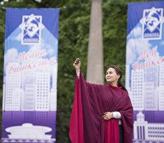 Девушка делает селфи на одной из площади Бишкека. Архивное фото
