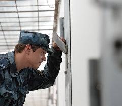 Сотрудник исправительной колонии у камеры заключенного. Архивное фото