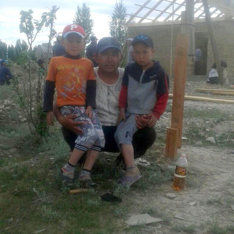 Круглые сироты Бакдоолот и Нурдоолот для которых окончившие школу 20 лет назад выпускники строят дом