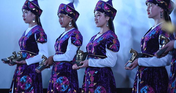 За лучшие достижения в области кинематографии Кыргызстана по итогам года победителю присуждается статуэтка Ак илбирс.