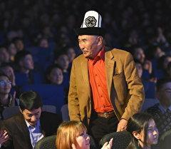 Сүтак тасмасынын башкы каарманы Табылды Актанов Ак Илбирс улуттук киносыйлыгын тапшыруу аземи учурунда.