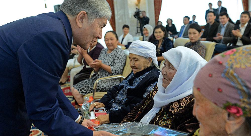 Президент Алмазбек Атамбаев Кыргызстандагы энелерге Баатыр эне орденин тапшыруу. Архивдик сүрөт