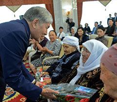 Президент Алмазбек Атамбаев во время награждения многодетных матерей орденом Баатыр эне в Государственной резиденции Ала-Арча. Архивное фото