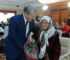 Президент Алмазбек Атамбаев Ала-Арча мамлекеттик резиденциясында Баатыр эне орденин ыйгаруу учурунда