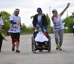 Эл аралык Run The Silk Road марафонунун катышуучулары.
