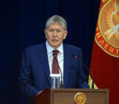 Президент Алмазбек Атамбаев во время выступления. Архивное фото