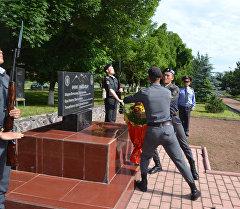 Сотрудники МВД на церемонии возложения цветов к Мемориалу памяти сотрудников ОВД, погибших при исполнении служебных обязанностей