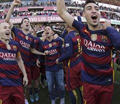 Игроки каталонской Барселоны празднуют победу в чемпионате Испании по футболу после выигрыша Гранады.