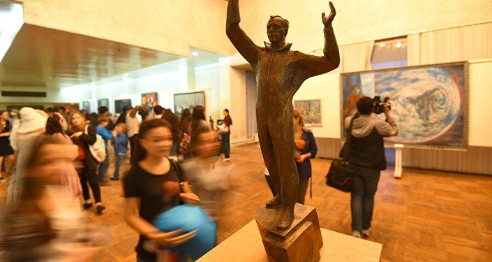 Посетители в кыргызском национальном музее изобразительных искусств имени Гапара Айтиева. Архивное фото