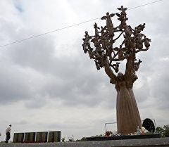 Местные жители на мемориальном кладбище Город ангелов в Беслане. Архивное фото