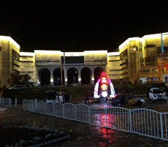 На площади Ала-Тоо Бишкека установлены специальные часы, выполненные в национальном стиле, которые отсчитывают оставшегося времени до старта Всемирных игр кочевников