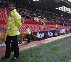 Англиянын Манчестер шаарынын Олд Траффорд стадионунда шектүү баштык табылган жерде полиция кызматкерлери