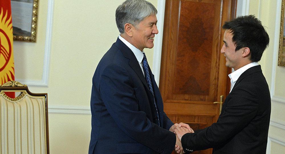 Президент Алмазбек Атамбаев и танцор Атай Омурзаков