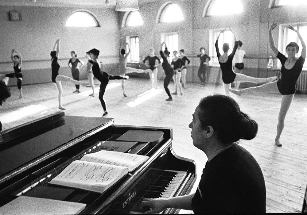 На репетиции в театре оперы и балета имени А. Малдыбаева
