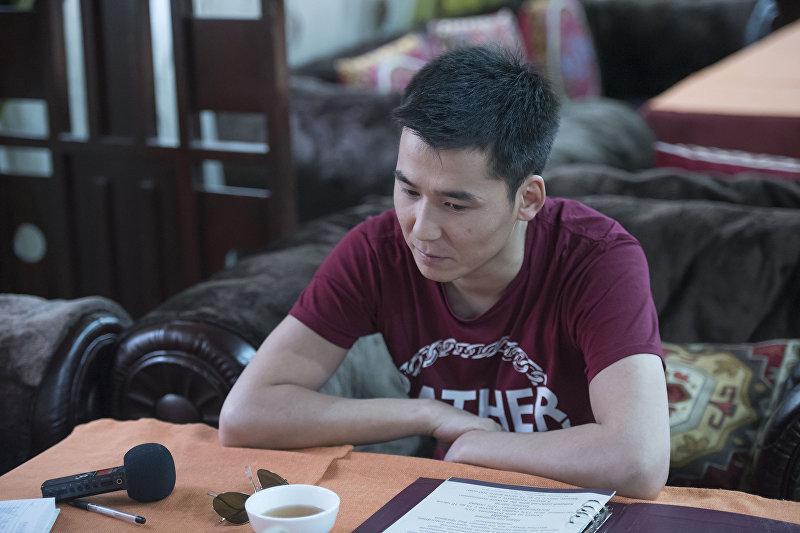 Популярный кыргызский певец Мирбек Атабеков во время интервью. Архивное фото