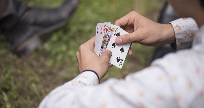 Парень с игральными картами в руках. Архивное фото