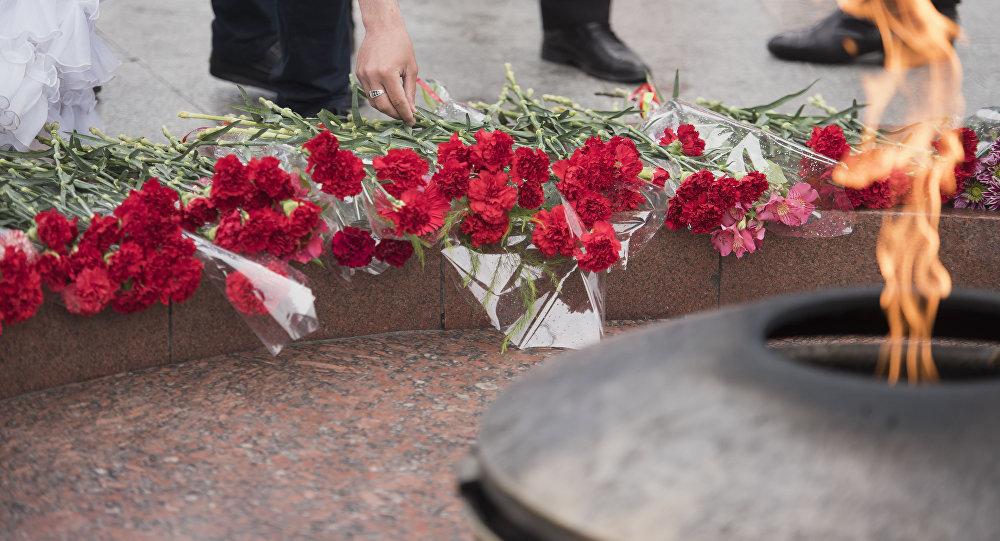 Возложение цветов у вечного огня на площади Победы в Бишкеке. Архивное фото