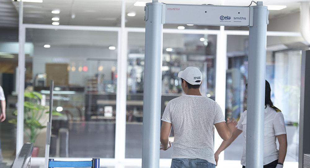 Парень проходит зону контроля безопасности в международном аэропорту Манас. Архивное фото