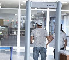 Мужчина проходит зону контроля безопасности в международном аэропорту Манас. Архивное фото