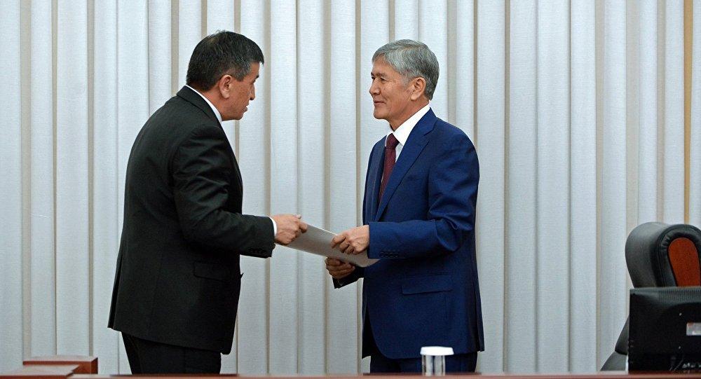 Цчурдагы президент Алмазбек Атамбаев жана жаңы шайланган өлкө башчысы Сооронбай Жээнбеков. Архивдик сүрөт