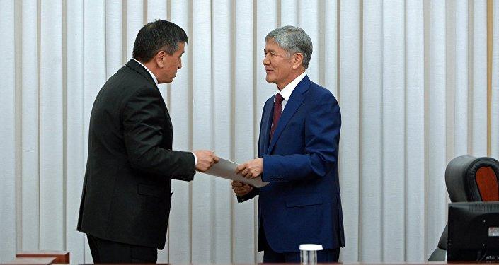 Архивное фото Сооронбая Жээнбекова и президента Алмазбека Атамбаева
