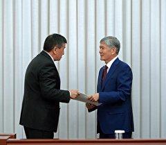 Архивное фото премьер-министра Сооронбая Жээнбекова и президента Алмазбека Атамбаева
