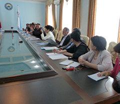 Ош шаардык мэриясынын имаратында кыргыз тилин билүү боюнча экзамен