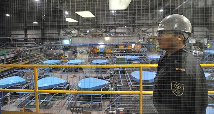 Сотрудник на заводе по обогащению золотоносной руды добываемой на руднике Кумтор. Архивное фото