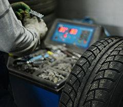 Проверка шин в мастерской. Архивное фото