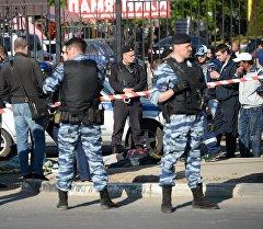 Сотрудники полиции у Хованского кладбища в Москве, где произошла массовая драка со стрельбой.