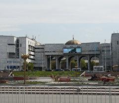 Вид на здание Агропрома и площадь Ала-Тоо в Бишкеке. Архивное фото