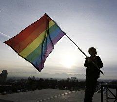 Радужный флаг — людей, нетрадиционной сексуальной ориентации. Архивное фото