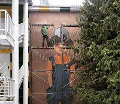 Новый рисунок арт-группы DOXA на фасаде трехэтажного дома в селе Бостери