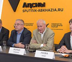 Заместитель министра связи и массовых коммуникаций РФ Алексей Волин и другие участники открытия мультимедийного центра Sputnik в Сухуми