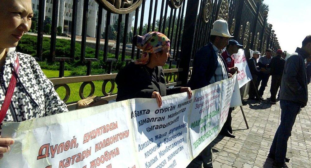 Азиздер жана дүлөйлөр коомунун мүчөлөрү дүйшөмбүдөн тарта Ак үй алдында митингте