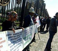 Члены Кыргызского общества слепых и глухих с понедельника митингуют у Белого дома