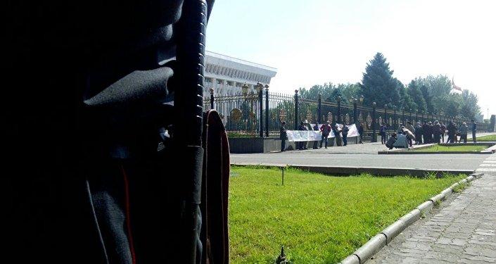 Ак үй алдына митингге чыккан азиздер жана дүлөйлөр коомунун мүчөлөрү