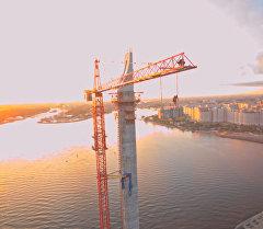 Прыжки бейсджамперов со 120-метрового крана в Петербурге. Съемка с воздуха