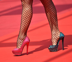Девушка в разноцветных туфлях. Архивное фото