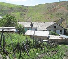 Дома возле холмов где появилась угроза схода оползня