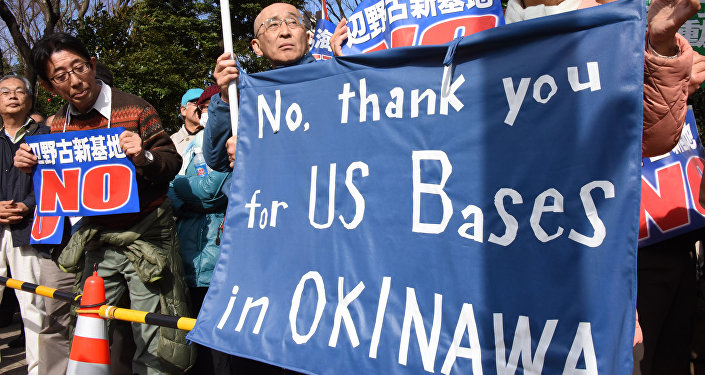 Участинки акции протеста перед военной базой Кадэна на Окинаве. Архивное фото
