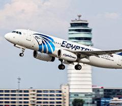 Самолет авиакомпании EgyptAir заходит на посадку в аэропорт. Архивное фото