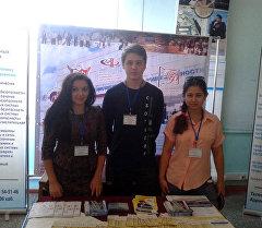 Выпускница бишкекской школы Анастасия Ахмедова(слева) которая вошла в число стипендиатов, получающих президентскую премию России